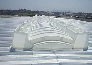 Instalação de domos para galpão